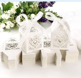 Regalos de amor china online-Pink Love Heart Laser Cut Candy Cajas de regalo Cajas de regalo de chocolate Cumpleaños nupcial Bomboniere caja con cintas Regalos de boda de país Recuerdos