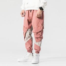 Rosa ladung hosen männer online-2018 High Street Fashion Herren Jeans Rosa Farbe Big Pocket Cargo Pants Gespleißt Hip Hop Jogger Jeans Loose Fit Konische Hosen Herren T2190615