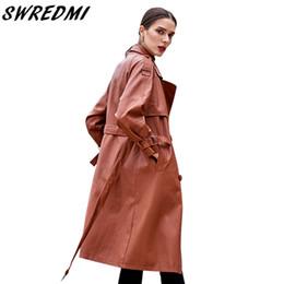 Gabardinas de cuero marrón online-SWREDMI 2019 Otoño e invierno Nuevas mujeres Trench de cuero Marrón Abrigo de cuero femenino High Street Sashes Ropa larga Plus