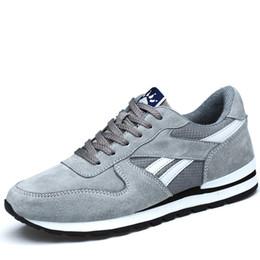 Zapatos de cerdos online-Zapatillas de deporte de cuero de cerdo genuino de estilo coreano con cordones Zapatillas de deporte planas de goma antideslizante para hombre Zapatos deportivos de estudiantes escolares