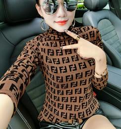 Schiere hemden online-Sexy Frauen-T-Shirt Gaze-Buchstabe, der hellen Faden-Ineinander greifen-Hemd sich strickt, schält dünne Damen-Rollkragenpullover-T-Stücke Multiart Großverkauf