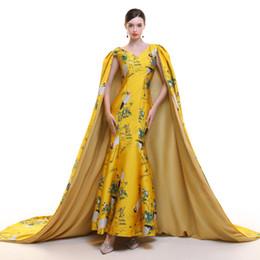 2019 vestido tradicional amarillo chino Vestido de noche chino amarillo de la grúa 2019 con mantón de sirena bordado cheongsam tradicional boda oro brocado vestido Qipao vestido tradicional amarillo chino baratos