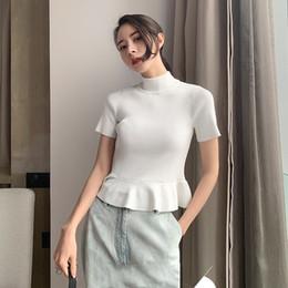 Gola alta on-line-Casual Mulheres Brancas T Shirt Gola Alta Ruffles Hem Manga Curta de Tricô Topo Feminino Verão 2019 Roupas Da Moda
