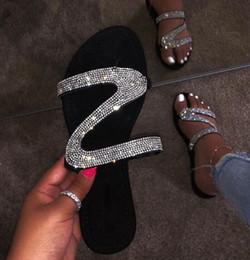 Diamantmarkensandalen online-Diamant Wohnungen Sandalen Slides Sommer Luxuxentwerfer Strand Innen Wohnung G Schuhe Marke Pantoffel Haus Flip Flops mit Spike Sandale