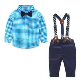 Pajarita para bebes online-Ropa de diseñador para niños 2018 Otoño Primavera Juegos de bebés recién nacidos Ropa infantil Traje de caballero Camisa a cuadros Pajarita Suspender Pantalones 2pcs Trajes