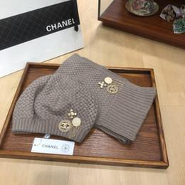 Conjuntos de invierno para mujer online-2019invierno de lujo de calidad superior mujer de los hombres de tejer sombreros bufandas Establece casquette sombreros de la gorrita tejida del capo de cappelli Firmati tapas C004