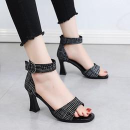 chaussures en daim talons épais Promotion Femmes Plaid Chaussures À Talons Hauts Designer De Mode À Bout Ouvert En Daim En Cuir Épais Sandales À Talons Sexy Été À La Cheville Strap Chaussures