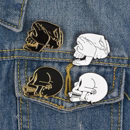 spille smaltate Sconti Punk Fashion Skull Pin Black White Badge smaltato Cat eat fish Five hands Skeleton Brooch Creative Jewelry Renditi fantastico
