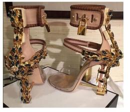 Scarpe tacco alto chiuso online-2019Luxury Metallic Lock Sandali Roma da donna 10 colori Ladies Diamanti unici Tacchi Pompe Rihanna Peep Toe Abito a tacco alto Scarpe da sposa