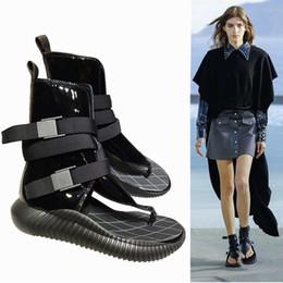 Wholesale 2019 Zapatos de diseñador para mujer Sandalias de tacón plano Roma Chanclas de verano transpirables remache sandalia de gladiador moda Suela de goma de cuero genuino