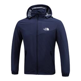 2019 куртка негабаритных мужчин Мужские дизайнерские куртки северные мужские весна осень осень пальто спорт на открытом воздухе с капюшоном лицо ветровка пальто молния камуфляж балахон OVERSIZE C8703 дешево куртка негабаритных мужчин