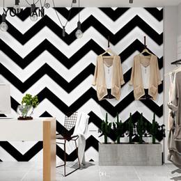 Flock обои жилые комнаты онлайн-Роскошные 3D черный белый полосы обои флокирование нетканые обоев гостиная спальня ТВ фон росписи стены рулона бумаги