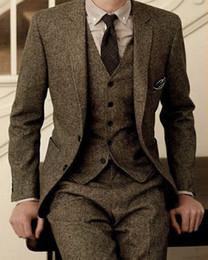 Vestido de dos piezas de los hombres online-Otoño Invierno Popular Marrón Tweed Novios Esmoquin Muesca Solapa Dos botones Moda Hombre Vestido de novia Hombres Traje de 3 piezas (Chaqueta + Pantalones + Corbata + Chaleco)
