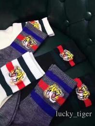 Calcetines de lana gris online-6 par 2017 primavera y verano nuevo top calcetines de lana peinados bordado de la cabeza de tigre seis pares 2 blanco 2 gris 2 negro una caja hombres mujer calcetines unisex