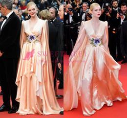Cinto de cetim vermelho longo on-line-Festival de Cinema de Cannes 2019 Long Sleve Celebrity Dresses Seda De Cetim Como Cetim Com Tapete Cinto Flor A Linha Até O Chão Vestido De Tapete Vermelho