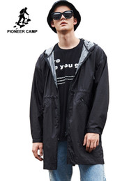 schwarze grabenmänner Rabatt Lange Trenchcoat Herren Kapuzen Markenkleidung Trenchcoat Mode Männer Solid Black Mantel AFY901032