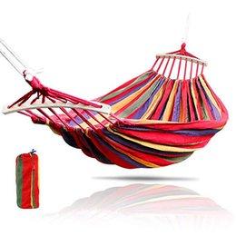 2019 oscillazioni blu 2 persone Outdoor Canvas Campeggio Hammock Bend Wood Stick Steady Hamak Garden Swing Hanging Chair Hangmat blu rosso sconti oscillazioni blu