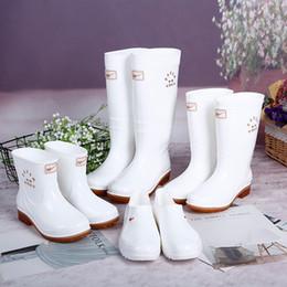 Botas de chuva mulheres brancas on-line-Meio alto e baixo tubo ao ar livre não-skid sapatos, botas de higiene, sapatos de chuva de cantina branca e botas de chuva botas mulheres