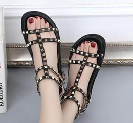 Sexy sandalias planas rojas online-Para mujer slingbacks diseñador sandalias gladiador T atado sandalias mujeres remache negro rojo nude blanco diseñador sexy sandalias de diapositivas planas zapato