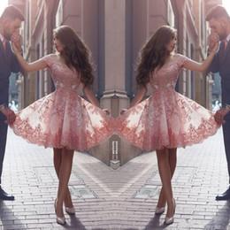 Mangas rosa vestidos de polvo online-2020 Dusty Pink Nuevo árabe Vestidos de Fiesta Fuera de los hombros Apliques de encaje Mangas cortas Vestidos de fiesta cortos Vestido de cóctel sin respaldo BA3500