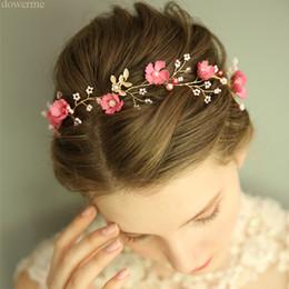 2020 rebstöcke großhandel Großhandel Charming Frauen Haar Kranz Rosa Blumen Braut Stirnband Perlen Hochzeit Haarschmuck Vine Handgemachte Kopfbedeckung günstig rebstöcke großhandel