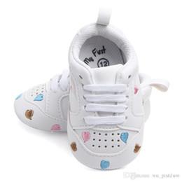 Zapatos de bebé de suela blanda corazón online-A estrenar zapatos de bebé otoño invierno deportes corazones cinco estrellas zapatos de bebé 0-18M primeros caminantes blancos suaves suelas zapatos