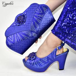 2020 bolsas de azul royal Luxo Africano real salto alto azul sapatos sandália e conjuntos de bolsa com pedras 9310-6 Altura do salto 10.5cm desconto bolsas de azul royal