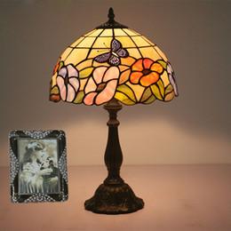 lámpara de cristal manchada de flores Rebajas Flores Mariposa Cristal Tintado Lámpara Tiffany Lámpara de mesa Estilo rural Mesilla de noche Sala de estar Cafe Club Bar Lámpara de escritorio Retro E27 110