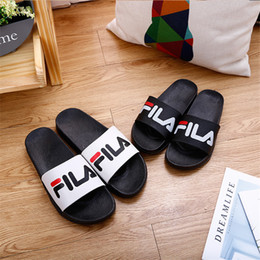 2019 sandali freddi all'aperto Cool Letter Slippers Flat Bottom Sandali leggeri antiscivolo Home Bathroom Outdoor Beach Pantofole da uomo e da donna sandali freddi all'aperto economici