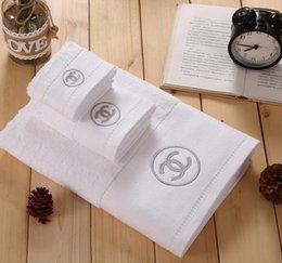 Toallas blancas de hotel online-El nuevo algodón de cinco estrellas marca del hotel Serie toalla de baño toalla cuadrada Toalla Traje de tres piezas de color blanco puro de baño de diseño Toallas