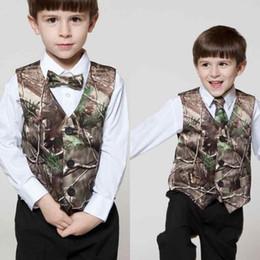 2019 traje de niños blancos solapas de satén 2019 Real Tree Camo Vest Venta barata Ropa formal para niños Ropa en línea personalizada para niños Ropa formal para bodas Chaleco de camuflaje + Arco