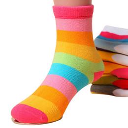 Pantalones cortos de niños británicos online-5 par / lote calcetines de los niños para niños niñas absorben el sudor antibacteriano arco iris a rayas calcetín corto traje estilo británico 1-12years