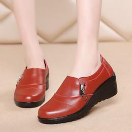 cedb1705b Mocassins Mulher Sapatos Baixos de Couro Genuíno Macio Fundo feminino  artesanal sapatos casuais das mulheres de meia-idade mãe casual