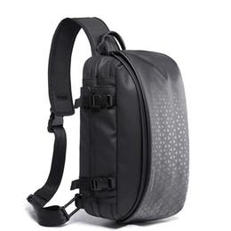 2019 paquete de eslinga impermeable La pechera Tangcool de los hombres de bolsos impermeables del Cruzado masculino USB de carga del hombro Messenger Bag bolso de la honda grande para la capacidad de viaje paquete de eslinga impermeable baratos