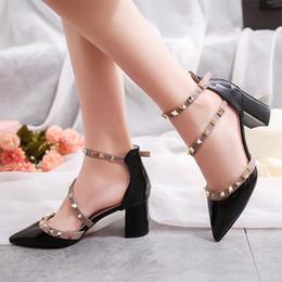 Zapatos atractivos de la boda femenina online-Zapatos de vestir Mujer sexy Tacones altos Señoras del dedo del pie puntiagudo Bombas Hebillas Remaches Vestido Boda Mujer Casual Sandalias de tacón cuadrado