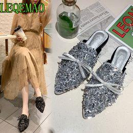bling pu zapatilla Rebajas Zapatillas de cristal plateadas para mujeres, punta estrecha, bling bling, diamantes de imitación, mulas, zapatos, diseño de nudo de mariposa, toboganes cuadrados