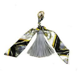 Seda de lujo y borlas llaveros para bolsos Diseño de lujo Oso de dibujos animados Llaveros Figura de dibujos animados lindo Llaveros de alta calidad desde fabricantes