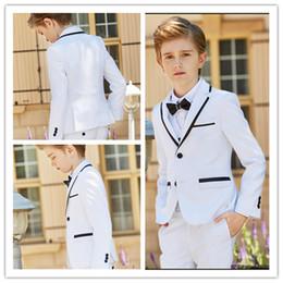 Yeni Moda Beyaz Erkek Resmi Giyim Çentik Yaka Erkek Çocuk Düğün Doğum Günü Partisi Için Kıyafet Giysileri (Ceket + Pantolon + Yay + Yelek) nereden