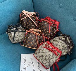 2019 weihnachtshandtaschen Kinder Luxus Handtaschen drucken Designer Mini Geldbörse Umhängetaschen Baby Teenager Kinder Mädchen PU Messenger Goldkette Taschen Weihnachtsgeschenk günstig weihnachtshandtaschen
