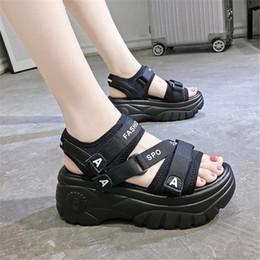 2020 verano salvaje de las sandalias de suela gruesa del mollete zapatos romanos inferior Slip punta abierta planos de la playa Estudiante Calzado mujer desde fabricantes
