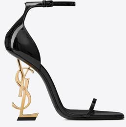 2019 bolso de los zapatos de la boda del rhinestone del oro Con caja Nuevos zapatos sexy Mujer Verano Hebilla Correa Remache Sandalias Zapatos de tacón alto Punta puntiaguda Cuero de moda Único Tacón alto10.5cm