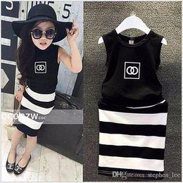 2019 Yeni Bebek Kız Giyim Setleri Kız Kolsuz Yelek + Siyah Ve Beyaz Çizgili Etek 2 adet Set Çocuklar kıyafetler Çocuk Suit nereden