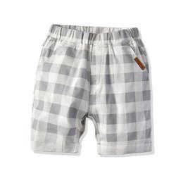 Shorts da praia da manta dos miúdos on-line-Meninos shorts crianças cinza branco calções xadrez 2019 verão novas crianças bolso duplo algodão calções de praia crianças roupas de grife F4477