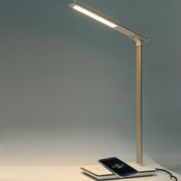 lampe de bureau chargeur usb Promotion Nouvelle LED Lampe De Bureau Lampe De Table Pliant 4 Lumière Couleur Température Livre Lumière avec Chargeur De Bureau Sans Fil Sortie USB Mousse En Bas