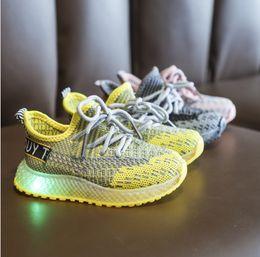 2020 zapatos ligeros Venta caliente de la marca 2019 otoño nuevo calzado deportivo de malla tejida voladora para niños hombres y mujeres luces para bebés zapatos para caminar para niños pequeños zapatos ligeros baratos