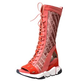 Ocasionais, barco, sapato, cunhas on-line-Mulheres joelho alta gladiador sandálias botas de moda cor misturada de couro de vaca oco out sapatos casuais plataforma plana cunha calcanhar barcos sandálias