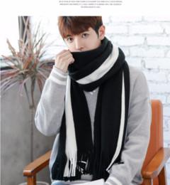 шарф мужчины зима вязать черный Скидка 2018 новый зимний мужской шарф черный белый цвет соответствия Han издание шарф мужской вязание шерстяной кисточкой длинный молодой свободный shippi