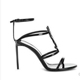 Chaussures habillées à la cheville en Ligne-Top qualité 2019 luxe Designer style Brevet En Cuir En Cuir Thrill Talons Femmes Unique Lettres Sandales Robe De Mariage Chaussures Sexy chaussures 35-41