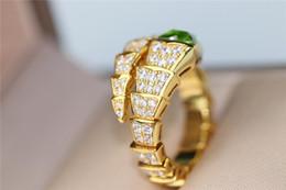 2019 натуральные зеленые бриллианты B Змея кольцо v-золотой и зеленый натуральный оливин пружинистые Бриллианты дизайн ювелирных изделий кольца счастливый благоприятный священный привлекательный преувеличенной круг дешево натуральные зеленые бриллианты