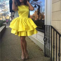 Желтое платье для 8-го онлайн-2020 Дешевых желтое Опухшее Homecoming платья атласных рюшей Многоуровневых 8 класс Плюс Размер Короткие Мини Прома платье под 100 Сладких 16 мантий